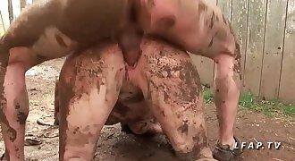 Petite francaise grave sodomisee comme une chienne dans la boue